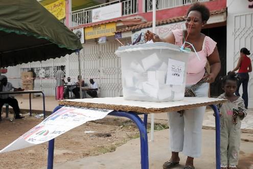 Une femme vote au Ghana.... (Photo: AFP)