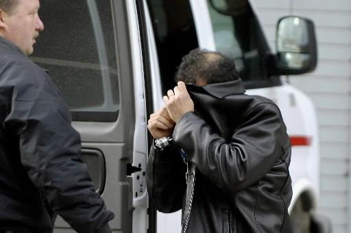 Mouyad Mahmoud Darwish a tenté d'éviter les photographes... (Photo: AP)