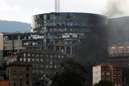 Les fenêtres de l'édifice ont été soufflées par... (Photo: AFP)