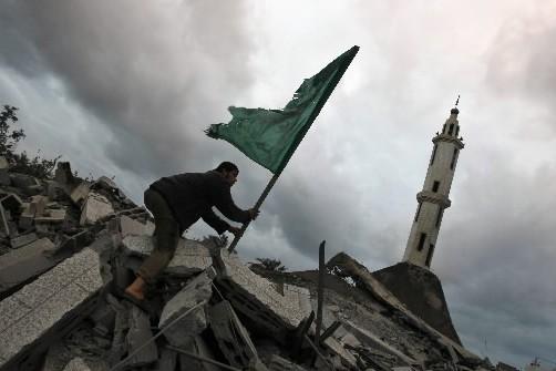 Un Palestinien plante un drapeau du Hamas sur... (Photo: AFP)