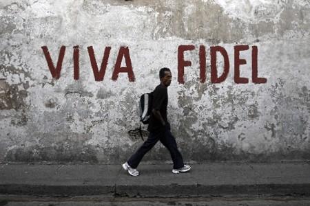 Un homme passe devant un graffiti signifiant «Longue... (Photo: Reuters)