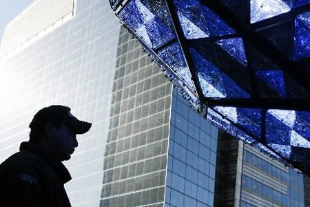 Un travailleur passe près d'une boule de crystal... (Photo: Reuters)