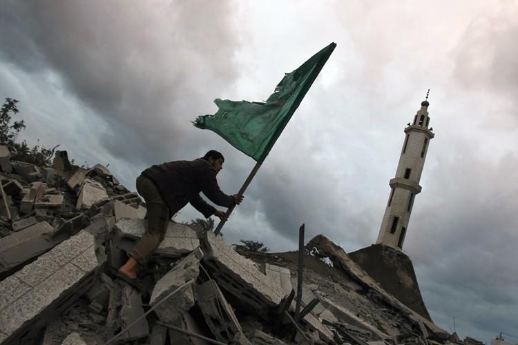 Un Palestinien plante un drapeau du Hamas dans... (Photo: AFP)