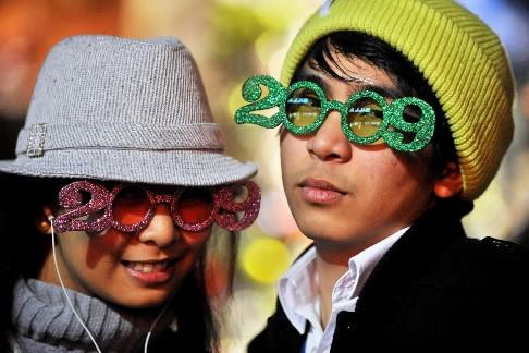 Deux jeunes fêtent l'arrivée de 2009 en Californie.... (Photo: AFP)