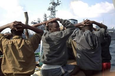 L'équipage de la frégate de guerre française Jean... (Photo: Reuters)