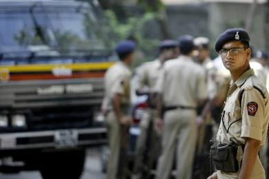 Un policier monte la garde devant le quartier... (Photo: AFP)