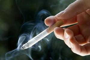 Les fumeurs seraient davantage motivés à arrêter la cigarette pour... (Photo: PC)