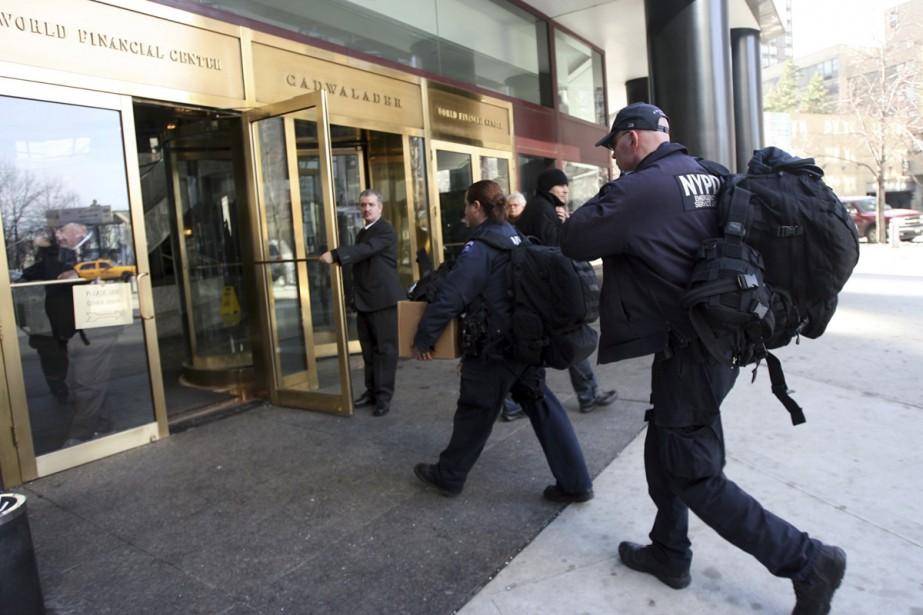 Des agents de la police new-yorkaise (NYPD) pénètrent... (Photo: AP)