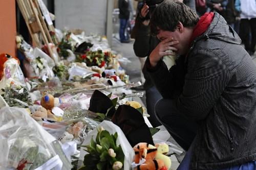 Cet homme pleure devant la crèche où a... (Photo: AFP)