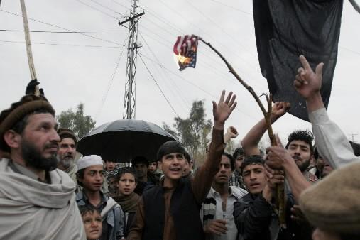 Des Afghans ont brulé un drapeau américain pour... (Photo: AP)