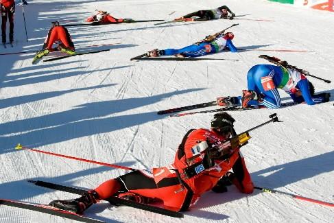 Épuisés, les courseurs se sont couchés sur la... (Photo: AFP)