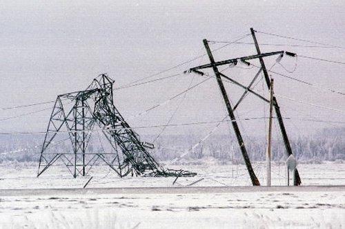 Des pylônes effondrés à Saint-Césaire lors de la... (Photo: Armand Trottier, Archives La Presse)