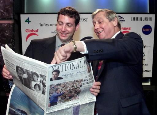 Leonard Asper et son défund père Izzy Asper... (Photo: La Presse Canadienne)