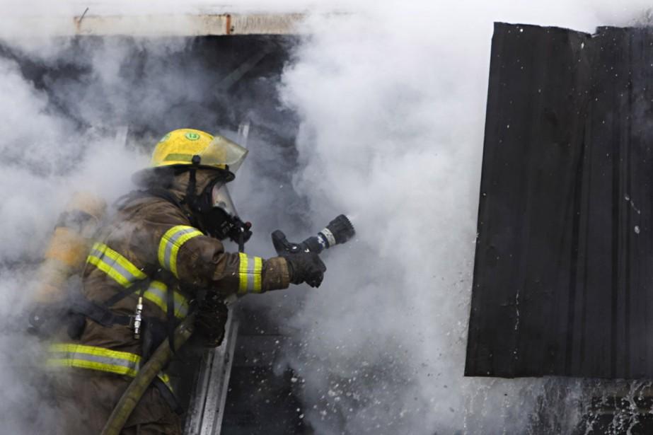 Les pompiers font face à un incendie important.... (Photo: Ivanoh Demers, La Presse)