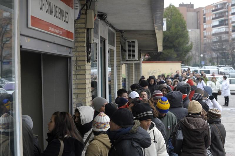 Des gens attendent devant un centre d'emploi à... (AFP)