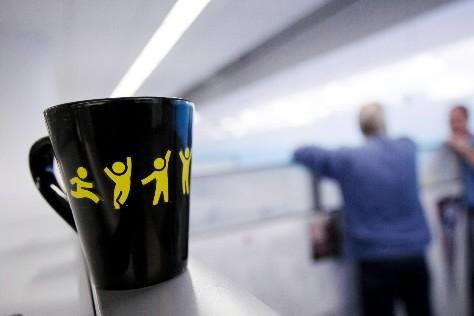 Le logo d'AOL sur une tasse dans les... (Photo: AP)