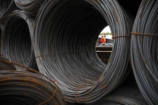 La production mondiale d'acier a limité à 5,5% son repli sur un an... (Bloomberg)