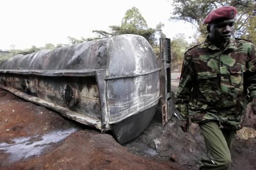 La carcasse du camion-citerne qui a explosé à... (Photo: AP)