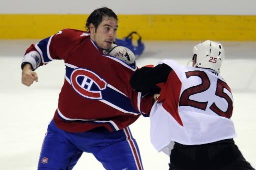Alex  Henry des Canadiens s'est battu face... (Photo: Bernard Brault, La Presse)