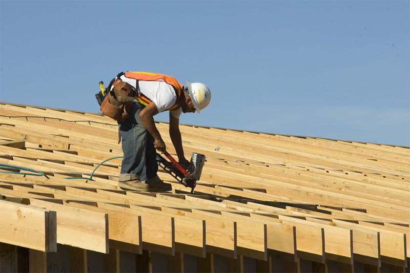 Les dépenses de construction aux États-Unis ont reculé en décembre... (Bloomberg)