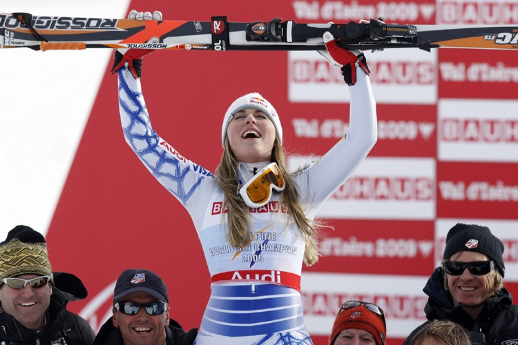 Lindsey Vonn lève les bras au ciel après... (Photo: AP)