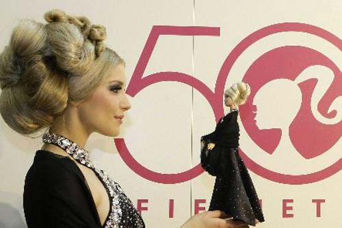 À A Barbie Cinquantaine Du Aborder Mal La YfmI76ybgv