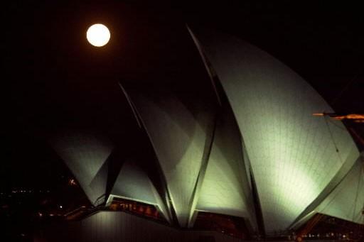 Lever de lune au-dessus de l'Opéra de Sydney.... (Photo: La Presse)