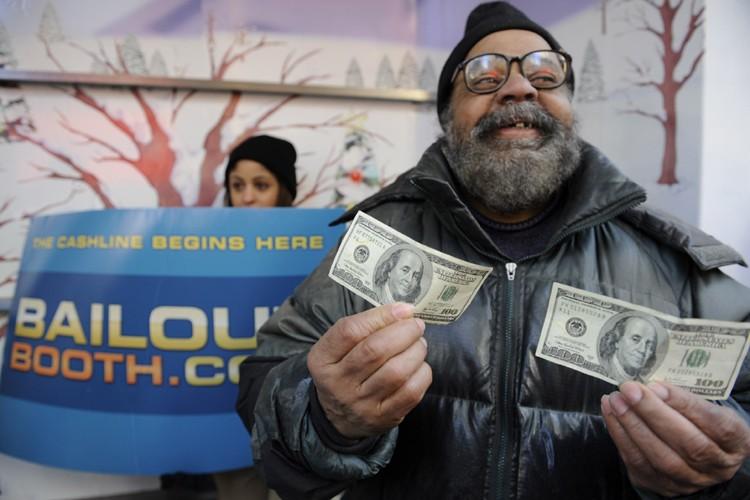 Harrell Presley montre l'argent qu'il a reçu de... (Photo: AFP)