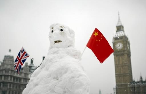 Un bonhomme de neige à l'air stupéfait ornée... (Photo: AFP)