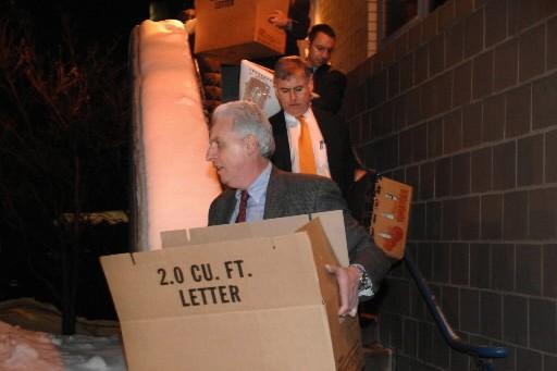 Des agents du FBI transportent des boîtes hors... (Photo: AP)
