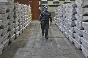Un travailleur de Rio Tinto Alcan.... (Photo: Rémi Lemée, La Presse)