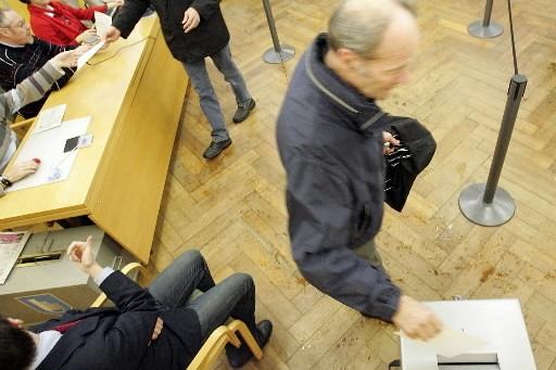 Les Suisses ont massivement approuvé dimanche la reconduction et... (Photo: AFP)