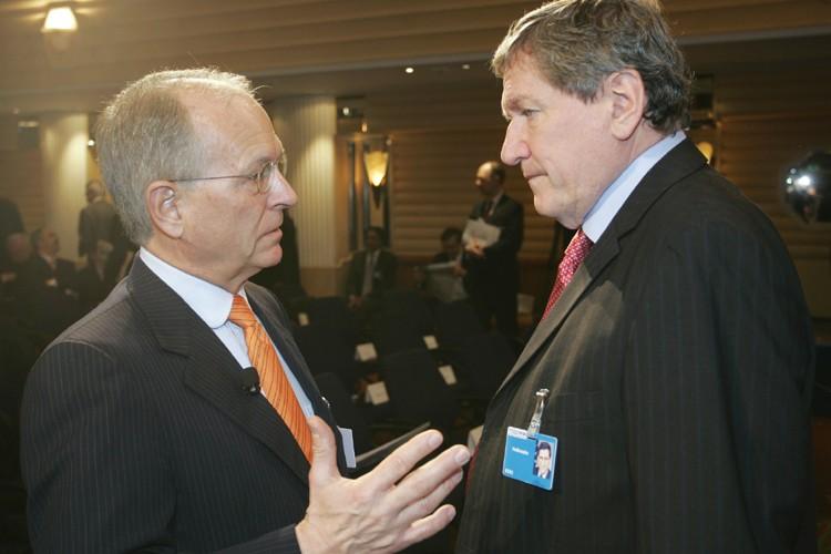 Richard Holbrooke (à droite) s'entretient avecle président de... (Photo: AFP)