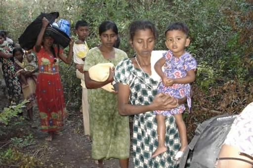 Des civils fuyant les rebelles tamouls... (Photo: AFP)