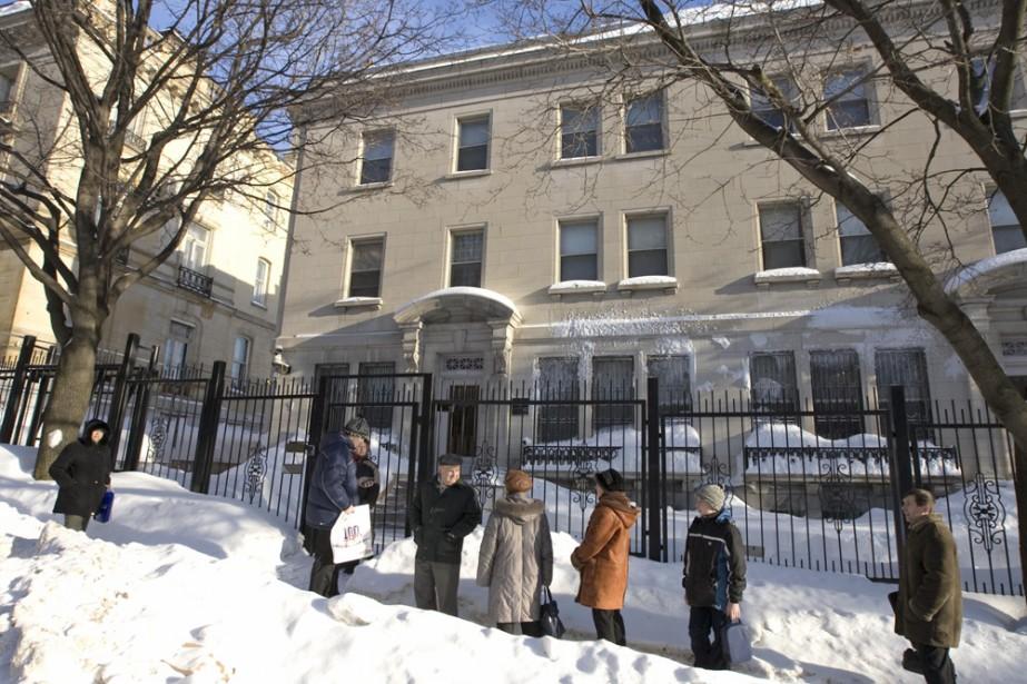 Chaque matin, des citoyens attendent l'ouverture du consulat... (Photo: Alain Roberge, La Presse)