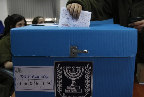 Un soldat israélien vote... (Photo: Reuters)