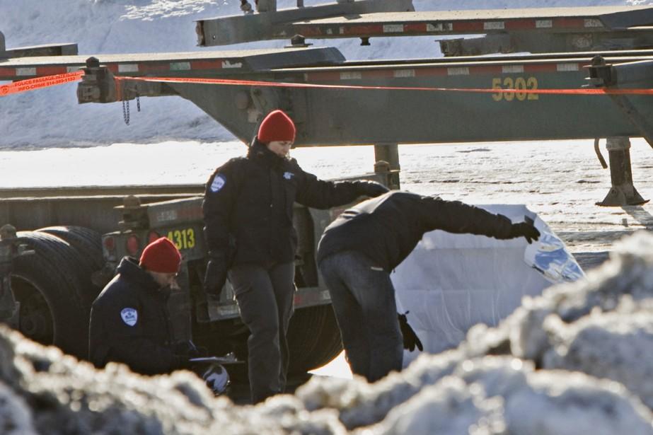 Les policiers sont sur place pour tenter de... (Photo: Ivanoh Demers, La Presse)