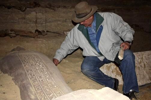 L'archéologue égyptien Zahi Hawassan examine une des momies... (Photo: AFP)
