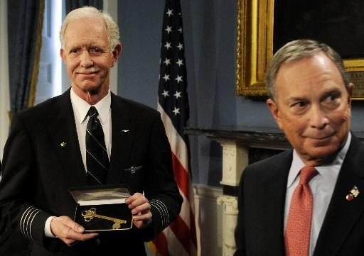 Chesley Sullenberger et le maire de New York... (Photo: AP)