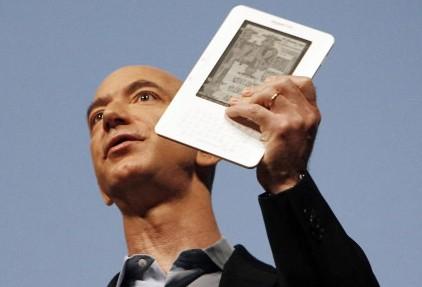 Le fondateur d'Amazon.com Jeff Bezos avec le Kindle... (Photo: Reuters)