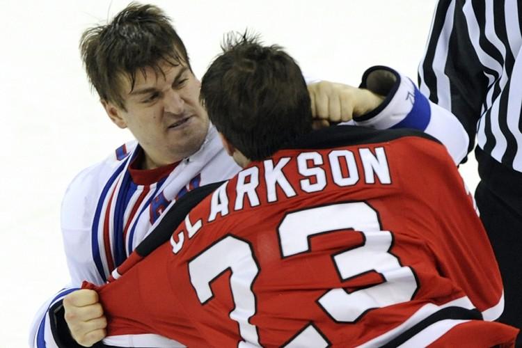 Les bagarres devraient être éliminées du hockey à tous les... (Photo: Reuters)