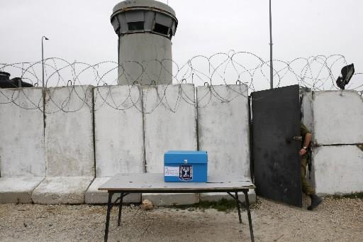 Une boîte de scrutin, un mur et un... (Photo: Reuters)