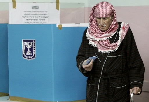 Un homme vote en Israël.... (Photo: AFP)