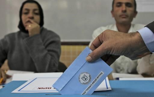 Un Israélien vote dans un bureau de scrutin.... (Photo: AP)