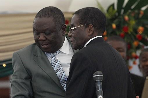 Morgan Tsvangirai (à gauche) et Robert Mugabe... (Photo: AFP)