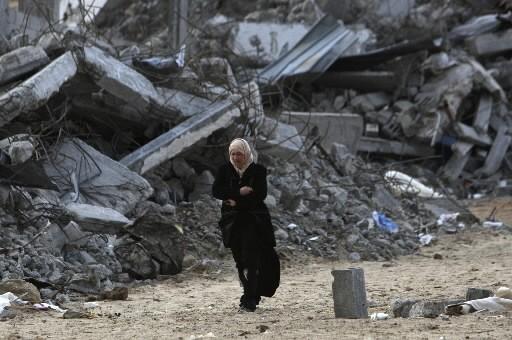 Une femme se promène dans les décombres de... (Photo: AP)