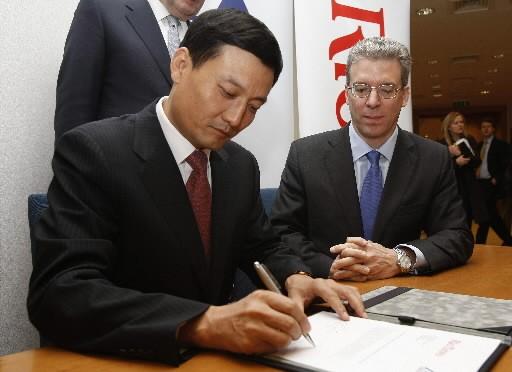 Xiao Yaqing, président de Chinalco, et Tom Albanese,...
