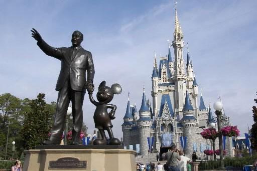 Une statue de Walt Disney et Mickey Mouse... (Photo: Bloomberg News)