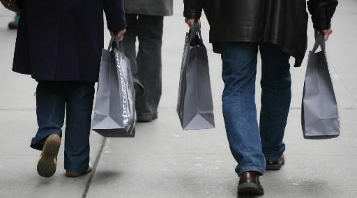 La confiance des consommateurs américains s'améliore... (Photo: Associated Press)