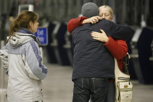 Des proches des victimes sont en pleurs à... (Photo: AP)